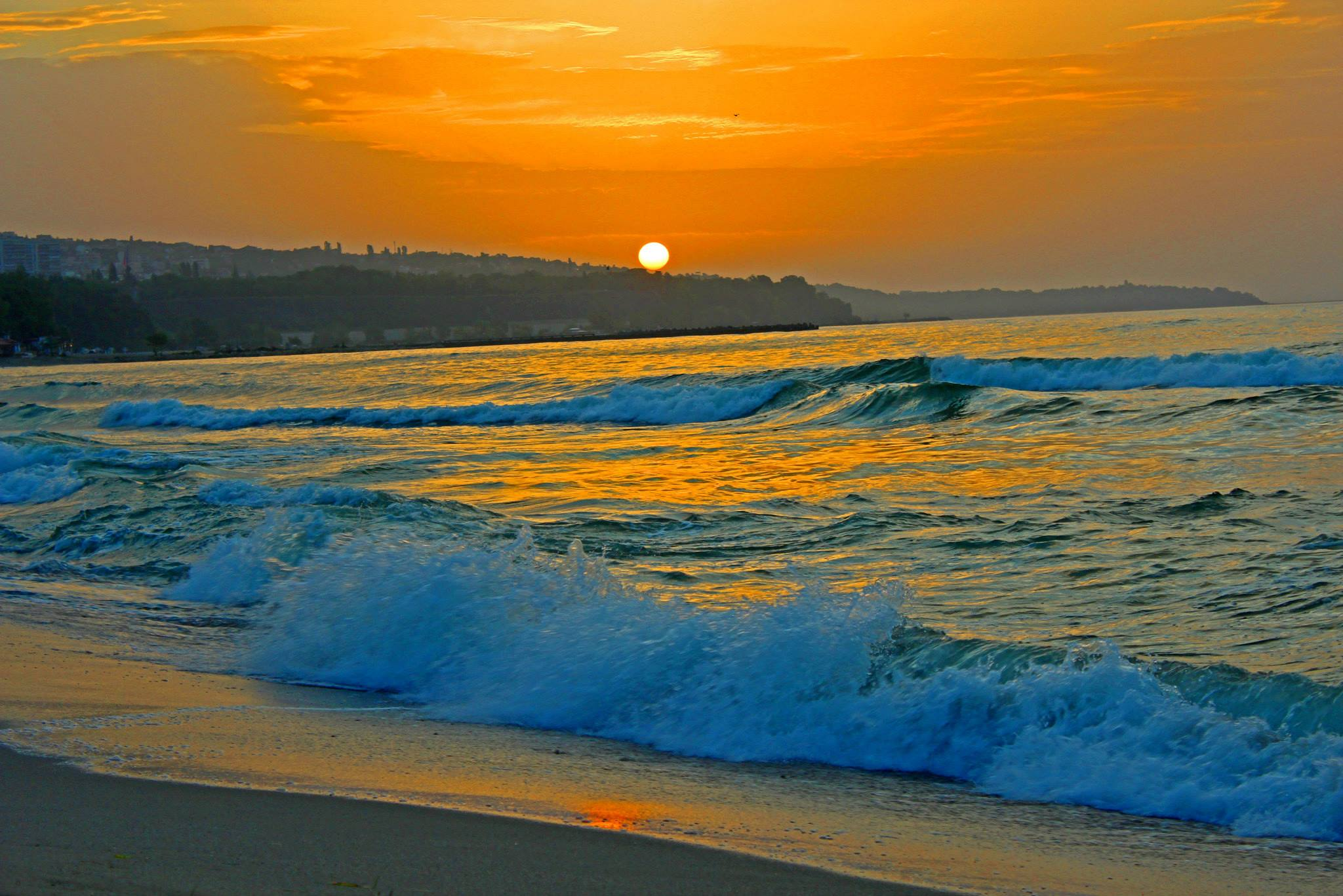 И аз се чудя дали ще усетиш първото докосване на топ- лите вълни още преди да слезеш от пътеката на времето или веднага щом вече си я напуснал. Но това няма значе- ние, защото дори и очакването може да бъде много прият- но, докато се носиш по течението на важните, на дълбоките сънища на океана...